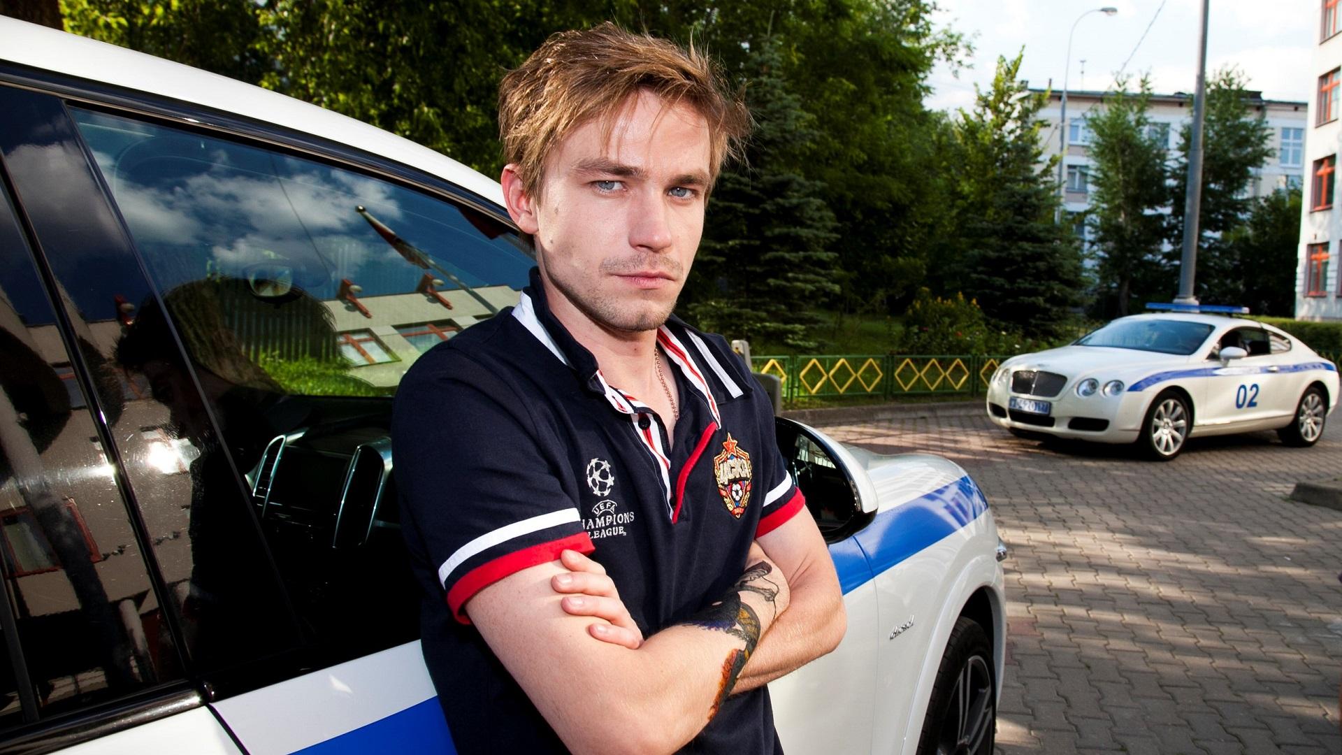 politseyskiy-s-rublevki-transvestit